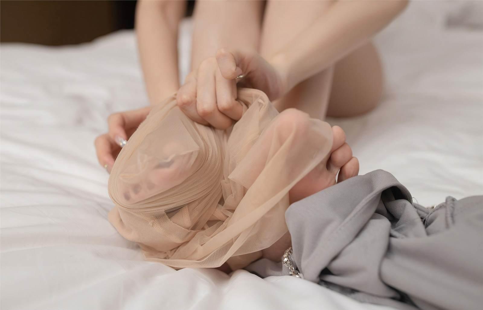第362期美人卷珠帘,深坐颦蛾眉安然(肉丝,丝足,裸足,大长腿,连身短裙)_图片1
